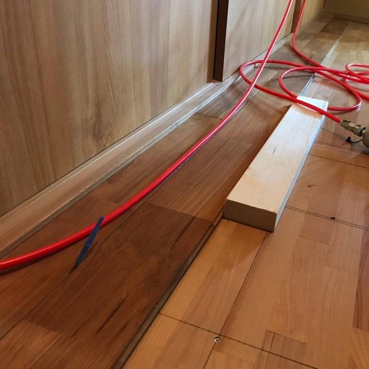 床は無垢材、チャネルオリジナルのミャンマーチーク、施工中