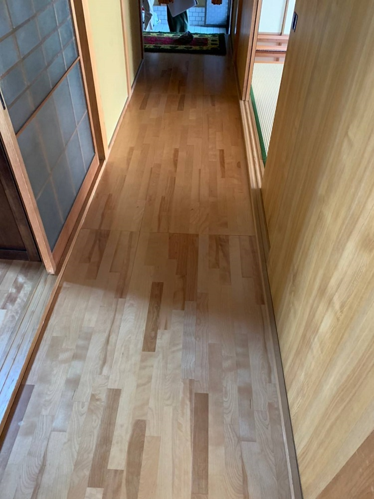 床は無垢材、チャネルオリジナルのミャンマーチーク、before